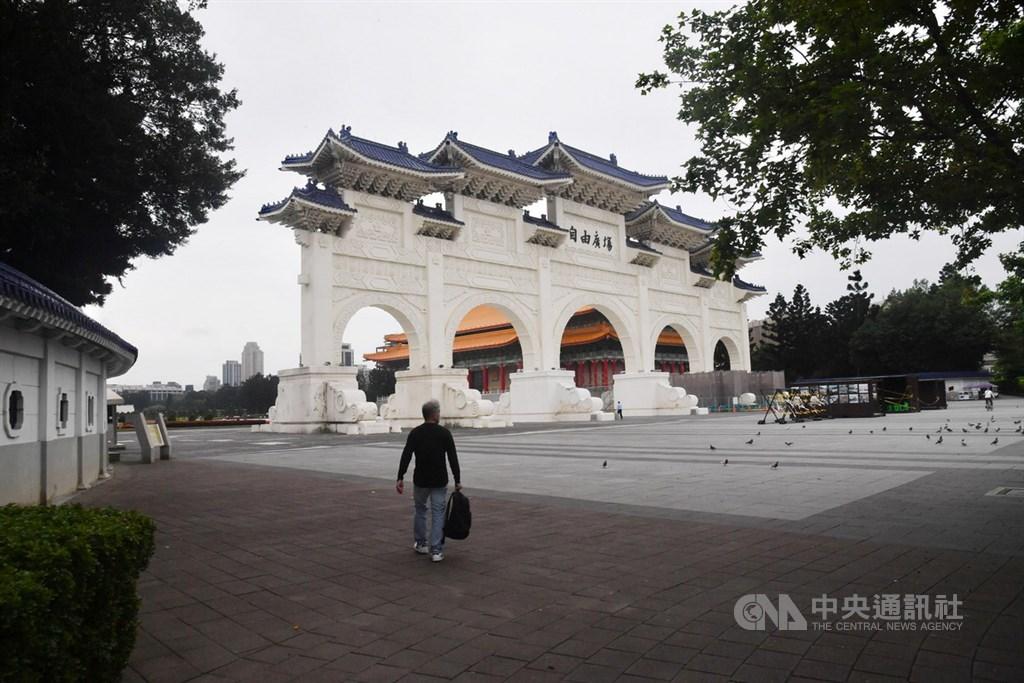 台北市知名景點中正紀念堂及自由廣場受到武漢肺炎疫情影響,遊客量大減,24日廣場上鴿子依舊成群,人影卻是稀疏。中央社記者林俊耀攝 109年3月24日