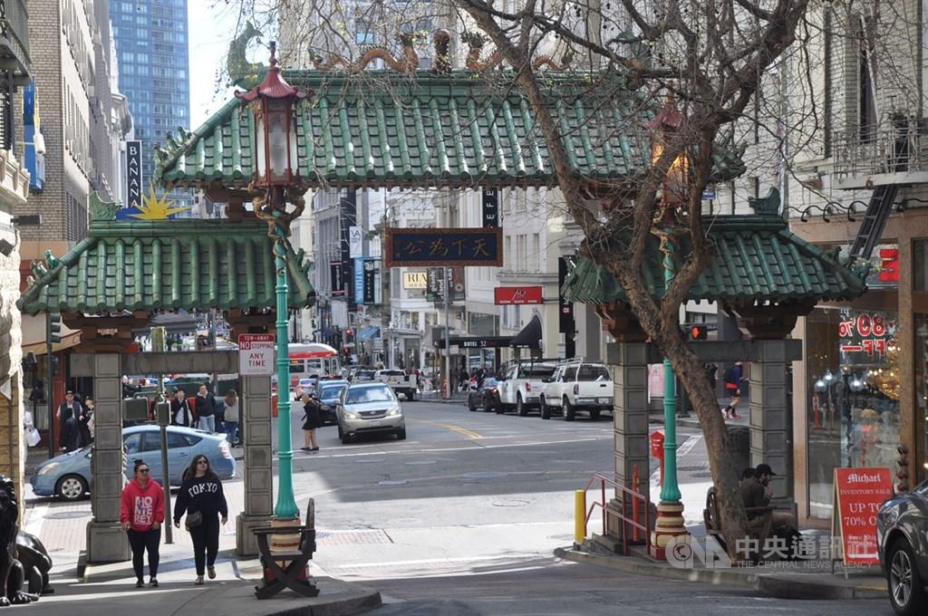 美國武漢肺炎疫情緊繃,卻不是每個海外留學生都能返鄉,亞洲人面孔的留學生們,除了保持健康,還必須防範可能遇到的種族攻擊。圖為舊金山中國城「天下為公」城門。中央社記者周世惠舊金山攝 109年3月24日