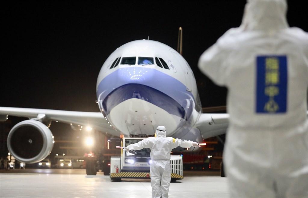 滯留湖北民眾回台班機,29、30日將以華航定期班機自上海接回。圖為11日抵台的第二批武漢包機。(中央流行疫情指揮中心提供) 中央社 109年3月11日