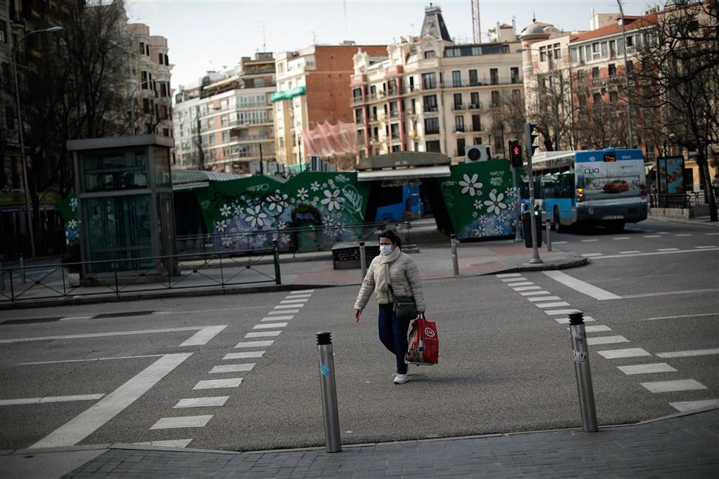 西班牙全國封城進入第11天,25日止累計死亡人數攀升至3434人,超越中國,全國確診感染人數達4萬7610人。圖為西班牙民眾戴口罩上街。(安納杜魯新聞社提供)