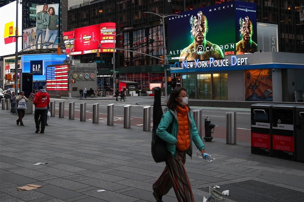紐約州武漢肺炎確診病例持續激增,25日衝破3萬大關。州長古莫說住院病例倍增預估時間已拉長,顯示州政府控制人群密度的措施有效。圖為紐約民眾戴口罩上街。(安納杜魯新聞社提供)
