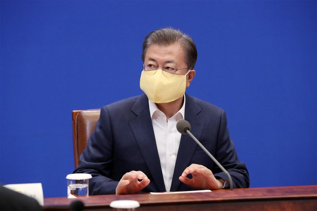 韓國民意調查機構Realmeter 26日發布調查,總統文在寅支持度回升,以52.5%創16個月以來新高,主因武漢肺炎疫情趨緩。(韓聯社提供)
