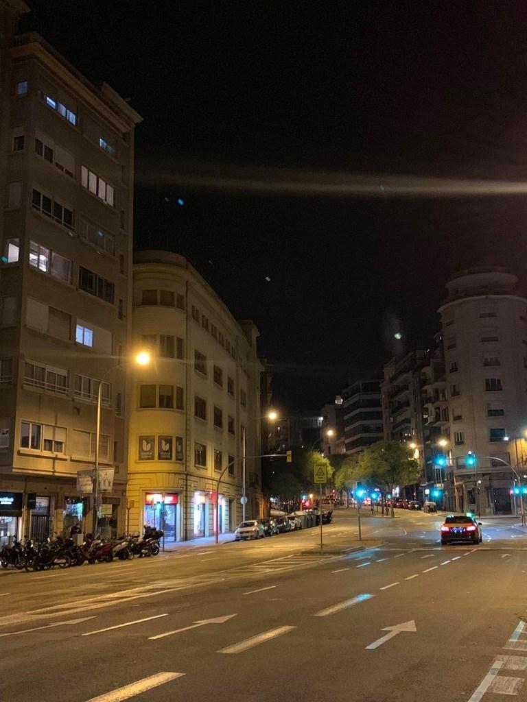 西班牙疫情延燒,巴塞隆納市區街道,在本該熱鬧的下班時間,幾乎空蕩無人。偶爾才見幾名下班或遛狗民眾,行色匆匆。(旅西台僑洪小姐提供)中央社記者曾婷瑄巴黎傳真 109年3月26日