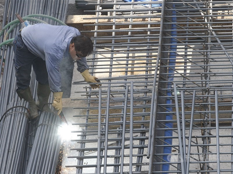 武漢肺炎疫情衝擊勞工,勞動部首創安心就業計畫以薪資差額補貼減班休息勞工,27日起開始受理申請。(中央社檔案照片)