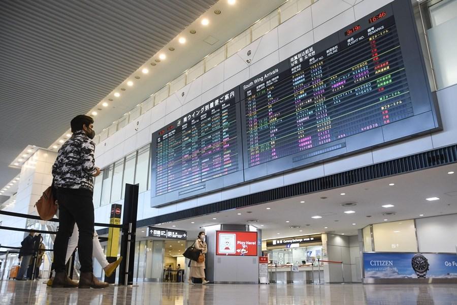 日本政府擴大防疫,首度以全球為對象發出「層級2」旅遊警訊,呼籲民眾非必要勿出國。圖為日本成田機場出境大廳。(共同社提供)