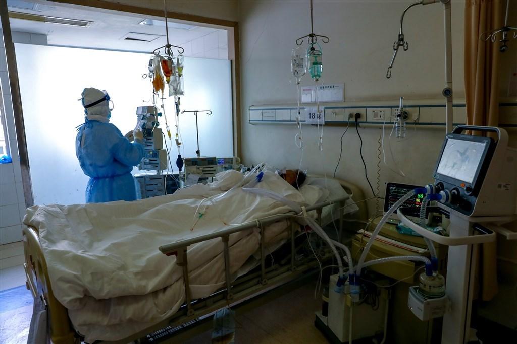 有中國媒體報導,官方宣稱當地僅2535人染疫而死,但武漢一處殯儀館在兩天內至少已準備了5000個骨灰罈。圖為武漢紅十字醫院隔離病房。(檔案照片/中新社提供)