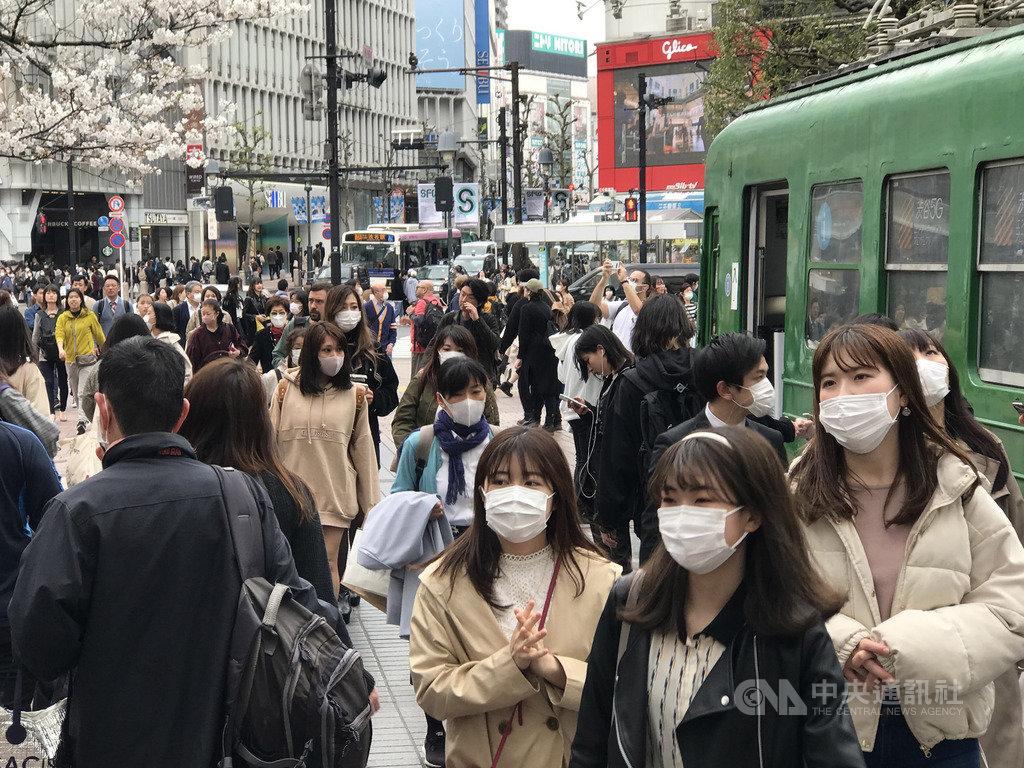 東京武漢肺炎確診者達299人,鬧區澀谷十字路口仍見車水馬龍景象。中央社記者楊明珠東京攝 109年3月27日