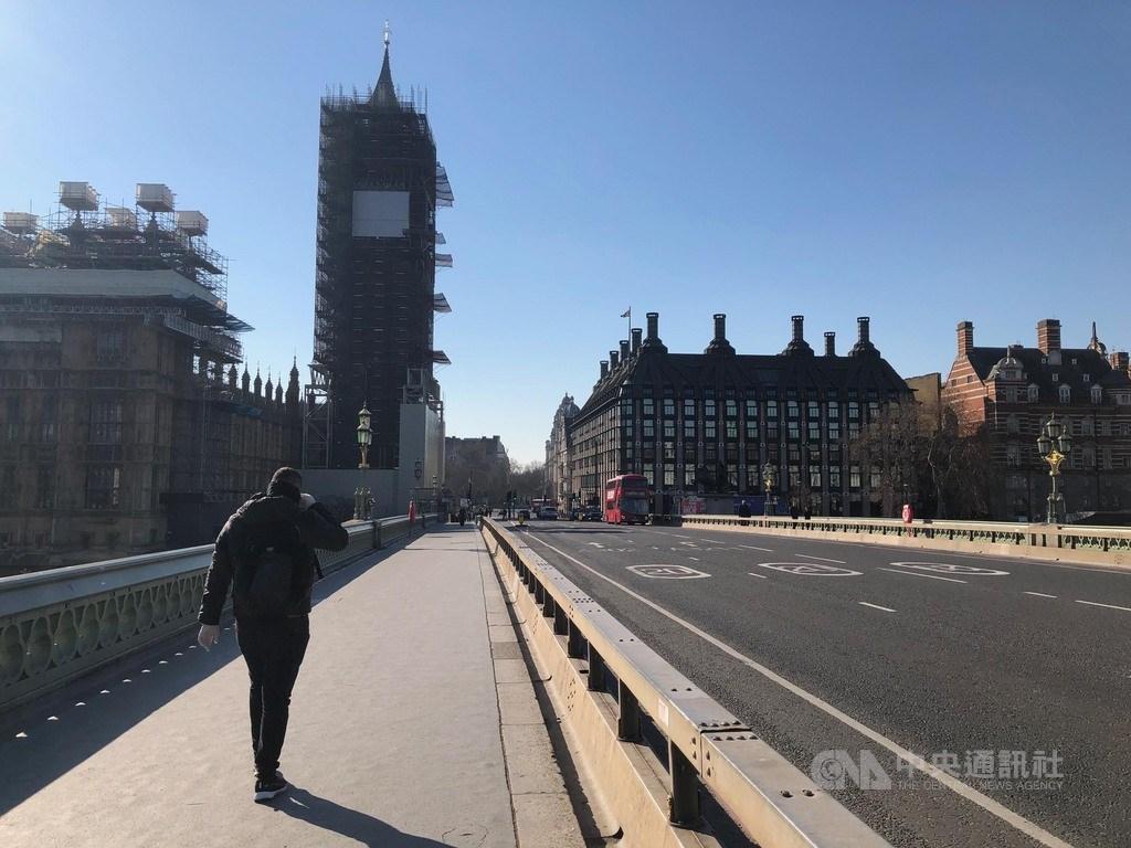 英國實施禁足令,25日著名觀光地西敏橋上人車稀少,行人甚至戴著手套,保護措施十足。中央社記者戴雅真倫敦攝 109年3月26日