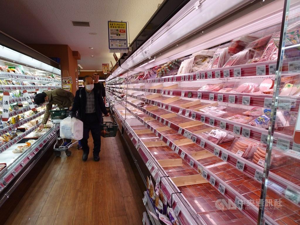 東京都知事小池百合子指疫情恐爆發,市民憂封城,部分超市生鮮食品幾乎被搶購一空。中央社記者楊明珠東京攝 109年3月26日