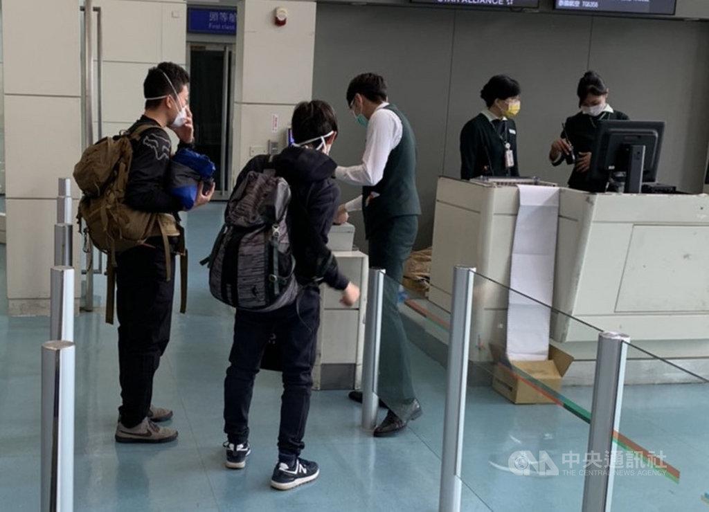 2名日本人26日搭乘紐西蘭航空班機來台,因台灣禁止轉機,外籍人士無法入境,經疫情中心指示後,27日上午搭機離境,紐西蘭航空公司將遭裁罰。(旅客提供)中央社記者邱俊欽桃園機場傳真 109年3月27日