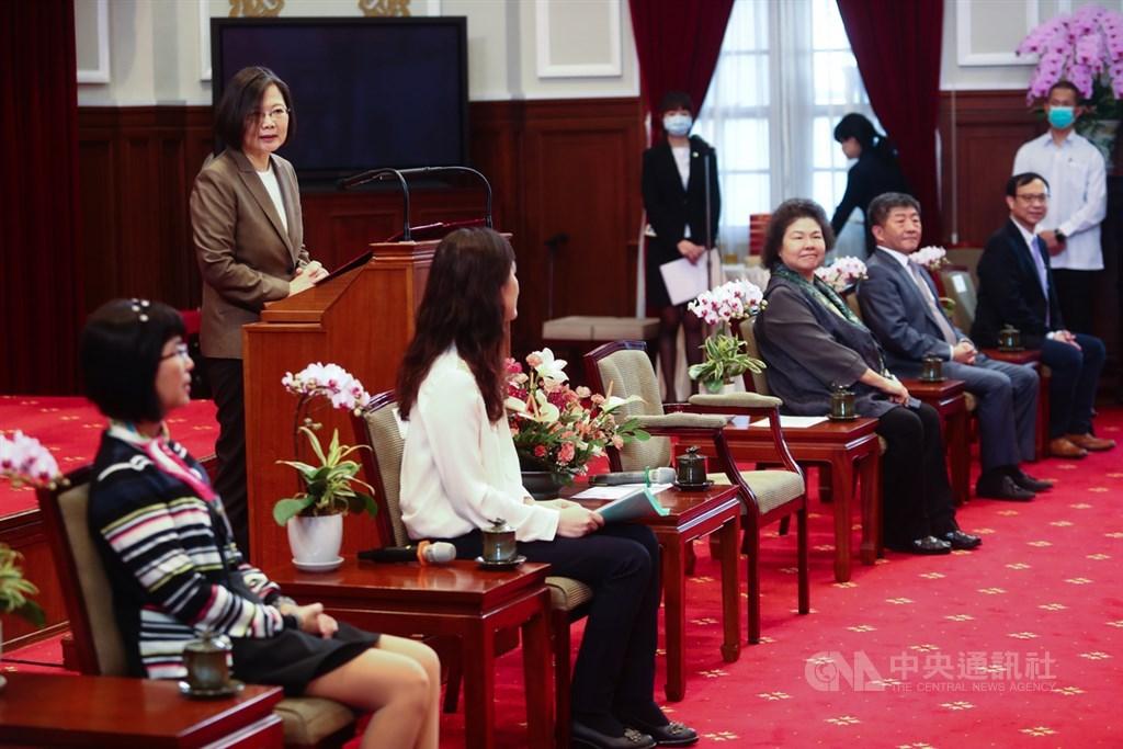總統蔡英文(後左)27日在總統府接見中央流行疫情中心指揮官陳時中(坐者右2)等防疫醫護人員,並代表國家感謝醫護人員在防疫期間的辛勤付出。中央社記者王騰毅攝 109年3月27日