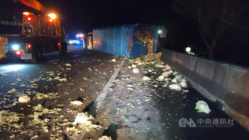 一輛阿羅哈客運27日凌晨行經國道1號北上123公里路段,駕駛疑因恍神未注意前方路況,追撞載送青菜的大貨車,導致客運車內2名乘客受傷,所幸無生命危險;大貨車載運的蔬菜散落一地。(民眾提供)中央社記者管瑞平傳真  109年3月27日