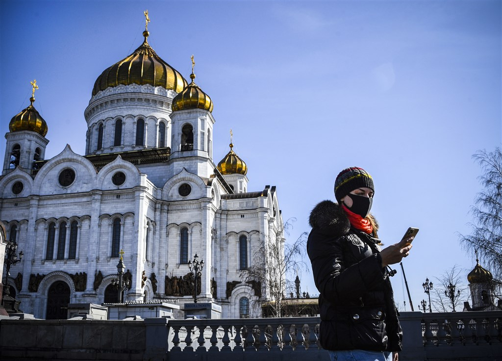 俄羅斯27日新增196個武漢肺炎病例,政府已下令境內所有咖啡館和餐廳自28日起關閉一週。圖為26日莫斯科街頭。(法新社提供)