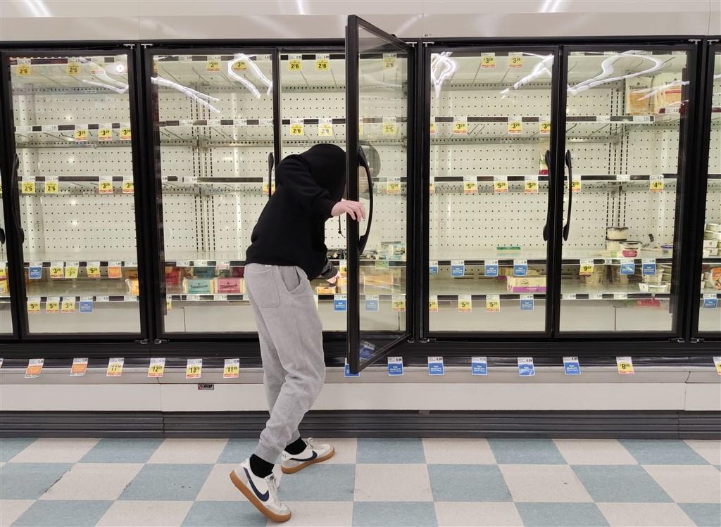 根據美國華盛頓大學醫學院資料分析,武漢肺炎疫情接下來4個月恐會在美國奪去逾8萬1000人生命,且6月前疫情恐難消退。圖為17日舊金山一家超市的部分商品被搶購一空。(中新社提供)