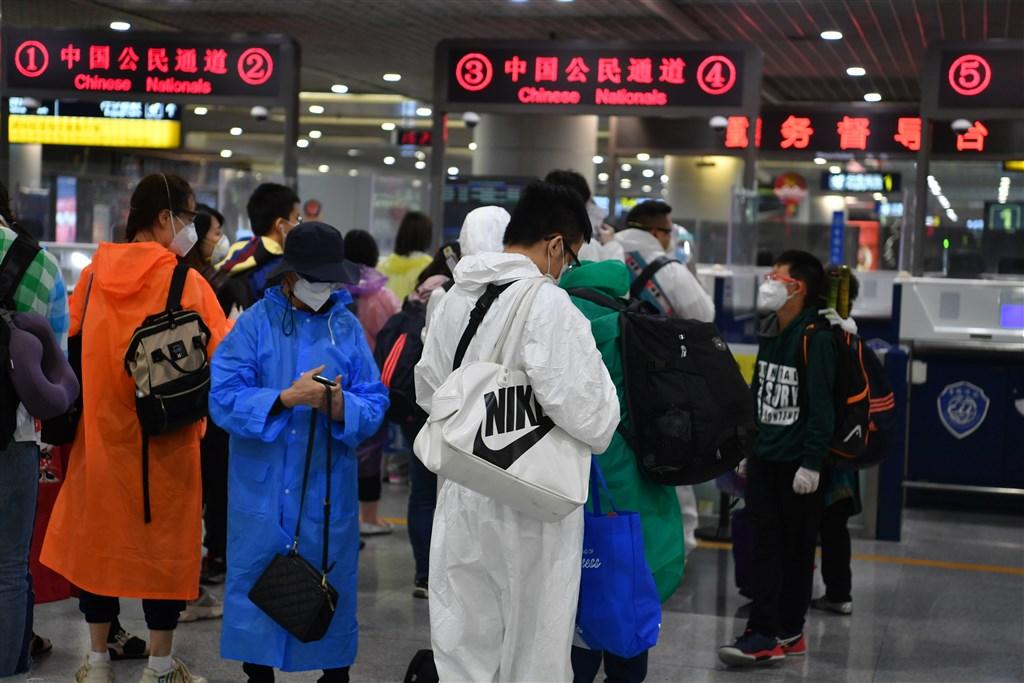 中國政府宣布,自28日凌晨0時起,暫時停止外國人持「目前有效」的中國簽證和居留許可入境。圖為旅客在成都國際機場進行入境登記。(中新社提供)