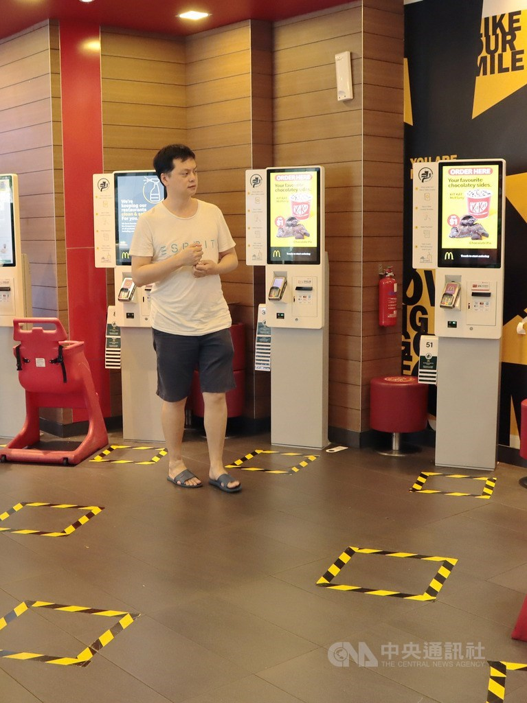 武漢肺炎疫情加劇,新加坡防疫措施更加嚴格,要求工作場所和學校以外聚會與社交活動,彼此保持至少1公尺安全距離,餐飲業者也在地面標示出排隊間隔。中央社記者黃自強新加坡攝 109年3月27日