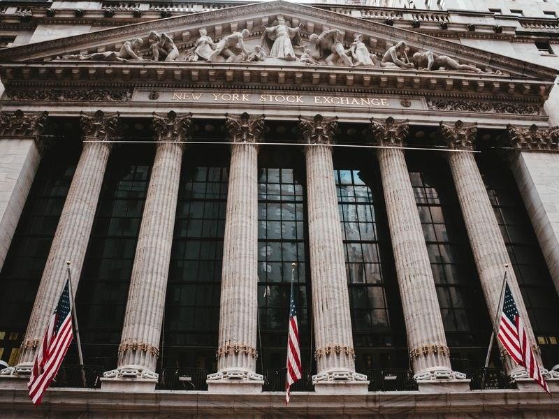 美股26日道瓊指數大漲1351點,3天來漲幅逾21%,邁入全新牛市。圖為美國證券交易所。(圖取自Unsplash圖庫)