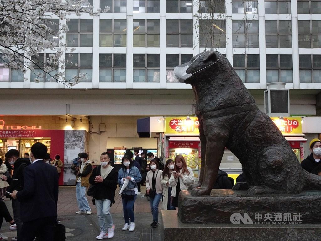 東京武漢肺炎確診者達299人,鬧區澀谷知名十字路口仍有大批人潮,許多人戴口罩,就連知名的忠犬小八塑像也被戴上口罩。中央社記者楊明珠東京攝 109年3月27日