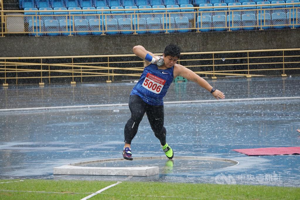 台灣鉛球女將林家瑩原先為挑戰3度叩關奧運,向學校告假,卻因奧運延期而投下變數,她28日透露,原本想以奧運完美作結,若學校不准假,有可能就此退休。中央社記者黃巧雯攝 109年3月28日