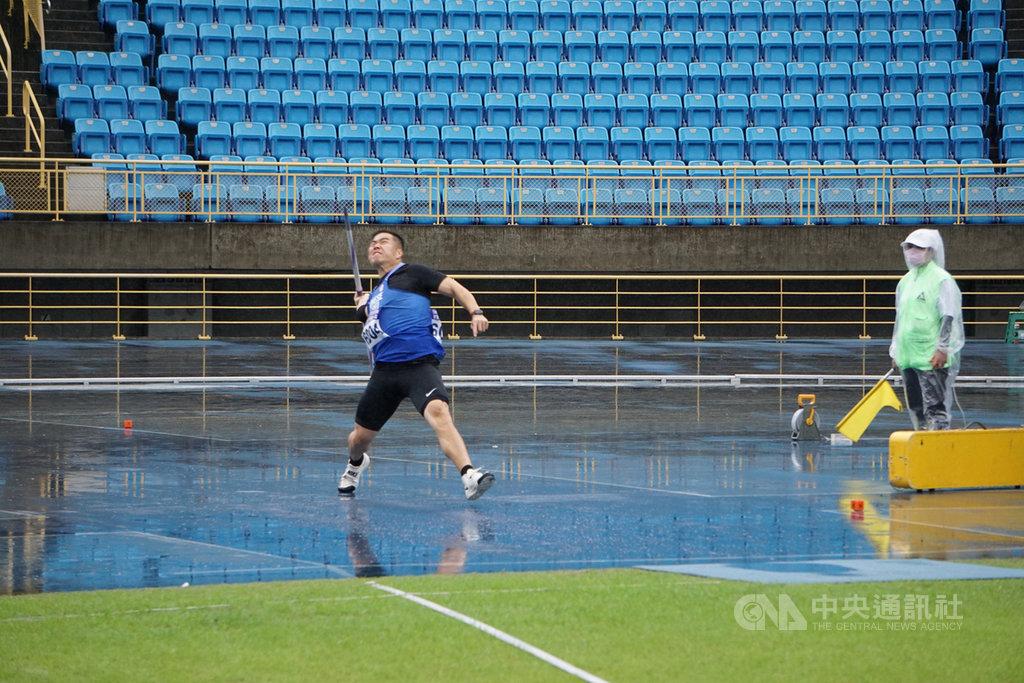 東京奧運延期延期,台灣標槍好手黃士峰(中)28日表示,有更多時間準備,目前還在等待國際田徑總會(IAAF)公布取得參賽資格方式。中央社記者黃巧雯攝 109年3月28日