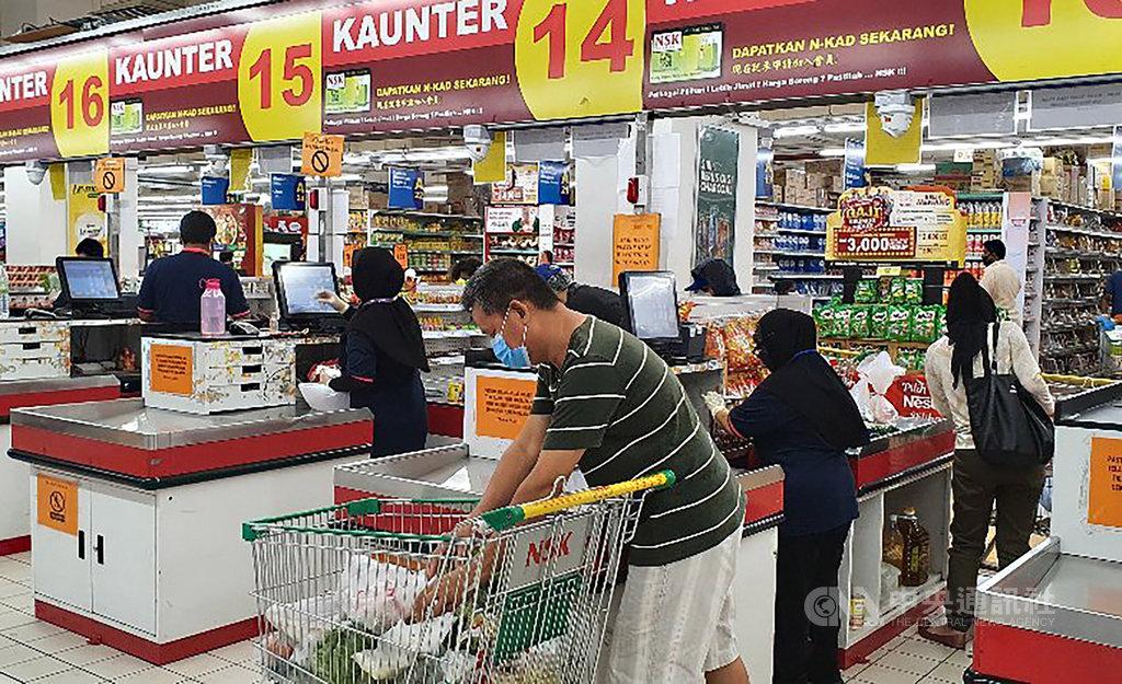 目前在外採購的馬來西亞民眾都會戴上口罩,並且在排隊付費時保持特定距離,展現高度警覺意識。中央社記者郭朝河吉隆坡攝 109年3月28日