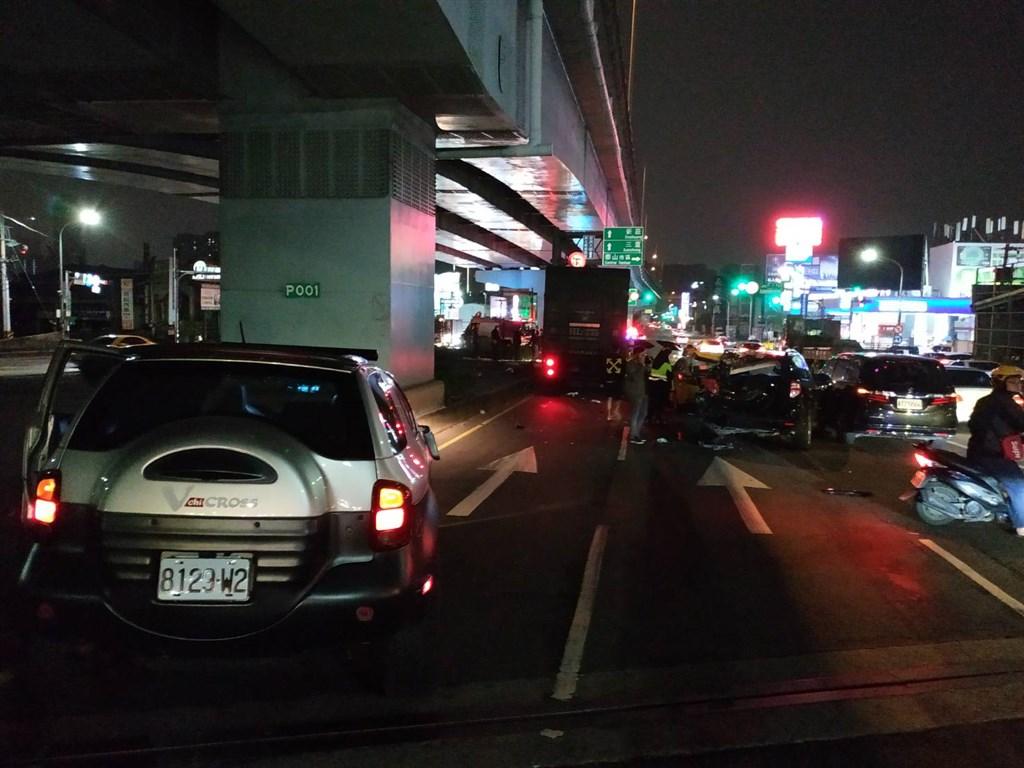 新北市泰山區楓江路與新五路一段交叉路口,28日晚間10時許1輛聯結車追撞停等紅綠燈的9輛汽車。(新北消防局提供)中央社