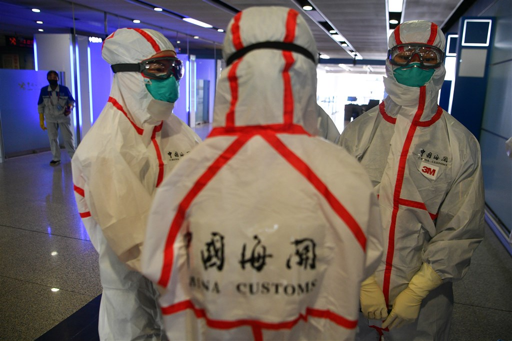 中國國家衛生健康委員會通報,武漢肺炎27日新增確診病例54例,均為境外移入,本土再度歸零無新增。圖為穿戴防護裝備的昆明海關人員。(中新社提供)