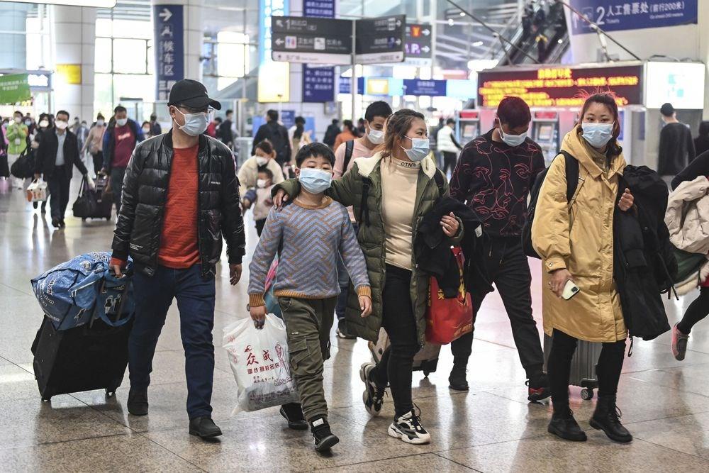 中國專家鍾南山說,中國武漢肺炎病例數下降,說明無症狀感染者數量不大。圖為中國湖北籍湖北籍的務工人員29日抵達廣州,準備復工。(中新社提供)