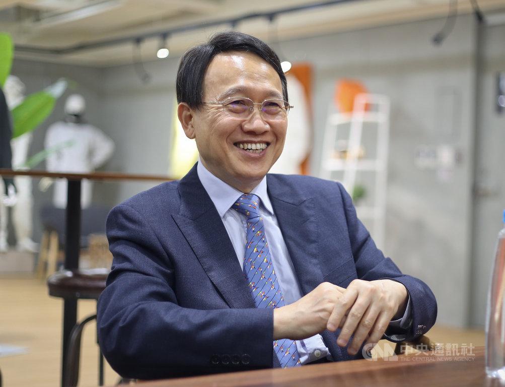 過去從未生產銷售醫用防護衣,專攻平價流行服飾市場的聚陽,卻可以奪得全台第一家生產P3防護衣廠家的頭銜;聚陽董事長周理平表示,其實答案很簡單,2003年台灣歷經SARS,這是早在17年前我們就完成開發的研發成果。中央社記者裴禛攝 109年3月29日