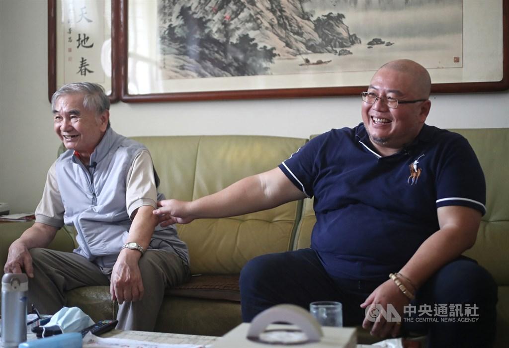 麥文達(左)與麥家碩(右)是鑽石公主號最後返家的旅客,3月10日回到台灣,比原本該回家的日子大約晚了一個月,麥家碩回想起這趟旅程苦笑說:「這種經歷,一生一次就夠了。」中央社記者裴禛攝 109年3月29日