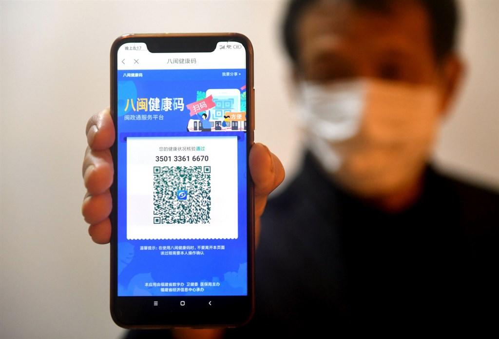 福建省在原有的「閩政通app」基礎開發「八閩健康碼」功能,作為電子憑證讓民眾可方便進出管制點與復工。圖為2020年2月15日一位民眾展示健康碼是可通行的「綠色」。(中新社提供)中央社 109年3月29日