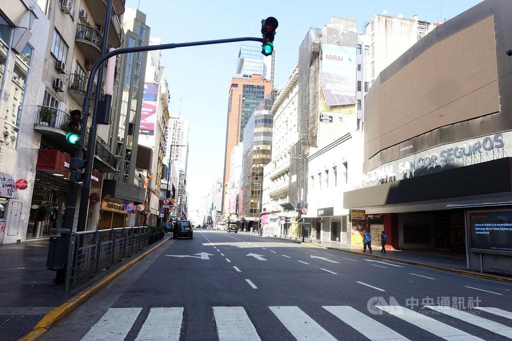 阿根廷政府實施全國大封城防疫,首都布宜諾斯艾利斯街頭行人車輛比往常銳減,街道空蕩蕩,人口流動量少,加上大批警力在街上盤查,治安也跟著變好,搶劫和盜竊案少9成。中央社記者汪碧治布宜諾斯艾利斯攝 109年3月29日