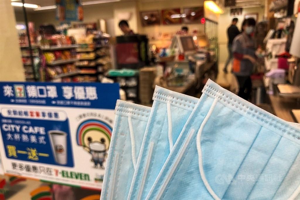 台灣在這波武漢肺炎疫情防疫有成,獲得國際高度關注。圖為口罩實名制2.0第一輪網路預購,26日起到開始4月1日止都可攜帶證件到超商取貨。中央社記者吳家昇攝 109年3月26日