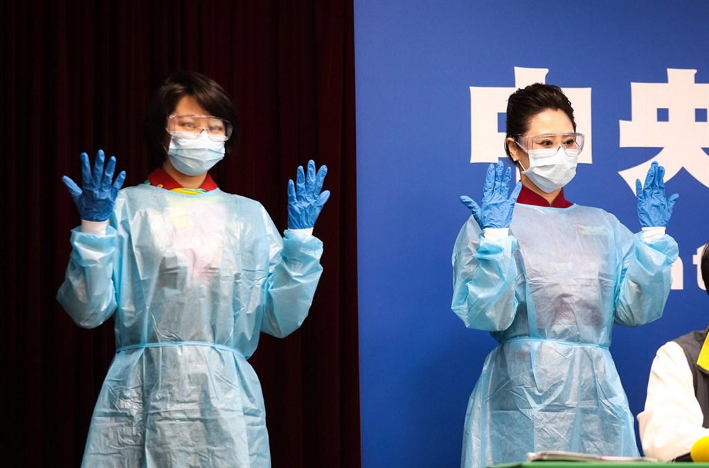 中央流行疫情指揮中心28日宣布,將比照醫護人員,提供航空業機組人員全套防疫防護裝備,包括外科口罩、護目鏡、防水隔離衣與防水手套。(中央流行疫情指揮中心提供)中央社 109年3月28日