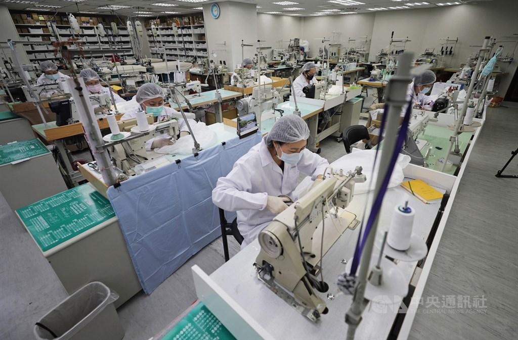防疫物資備援啟動,經濟部號召台灣成衣廠生產隔離衣與防護衣,聚陽表示,過去在SARS期間曾參與政府隔離衣生產計畫,如今再度加入,運作起來不陌生,一旦拿到布料就可立即生產,表定3月陸續交貨。中央社記者裴禛攝 109年3月29日