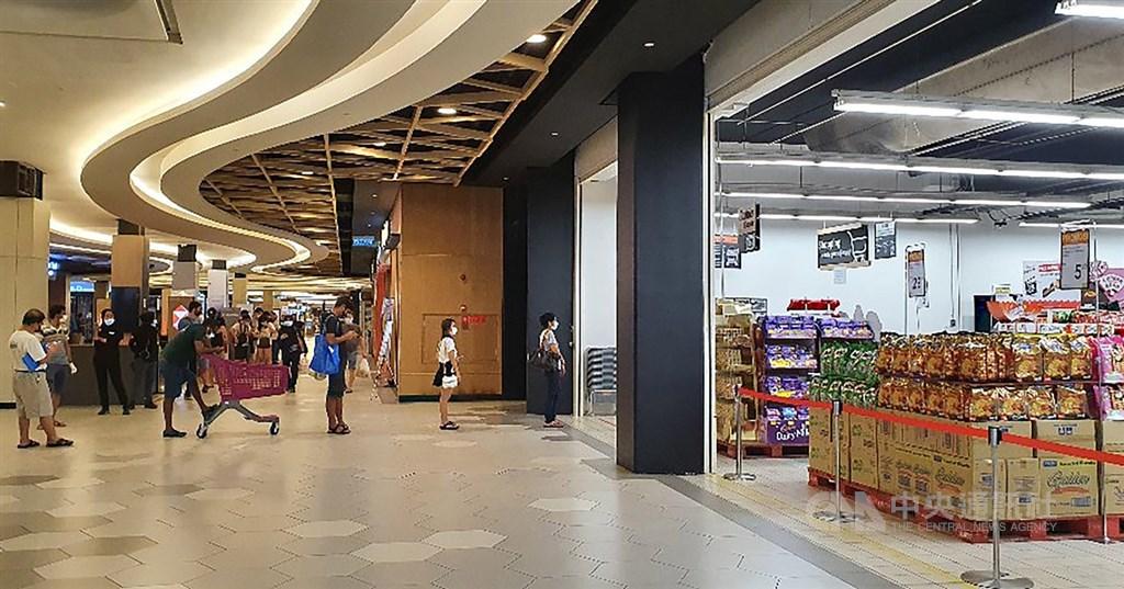 目前在馬來西亞的超級市場內,都有保全控制人流量。所有入內購買的民眾都必須排隊等待測溫,並等到有人購物結束出來後,才能獲准進入。中央社記者郭朝河吉隆坡攝 109年3月28日