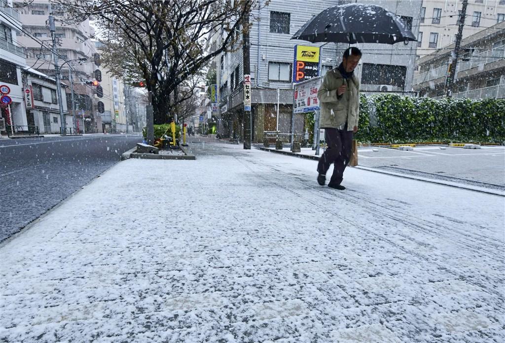 日本武漢肺炎疫情持續延燒,總計至今已有1724例,其中光是東京都就多達362例,是疫情最嚴重的地區。圖為東京都29日降雪,至中午12時止已積雪1公分。(共同社提供)