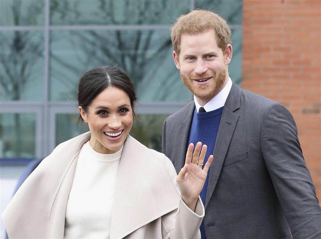 美國總統川普29日表示,不會替來到美國的英國哈利王子(右)和妻子梅根(左)支付維安費用。(美聯社)