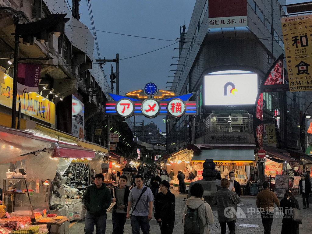 武漢肺炎疫情延燒,東京30日新增13人確診。東京都知事小池百合子呼籲年輕人晚間不要去人潮聚集的地方。圖為3月28日上野周邊許多年輕人仍出門逛街。中央社記者楊明珠東京攝 109年3月30日