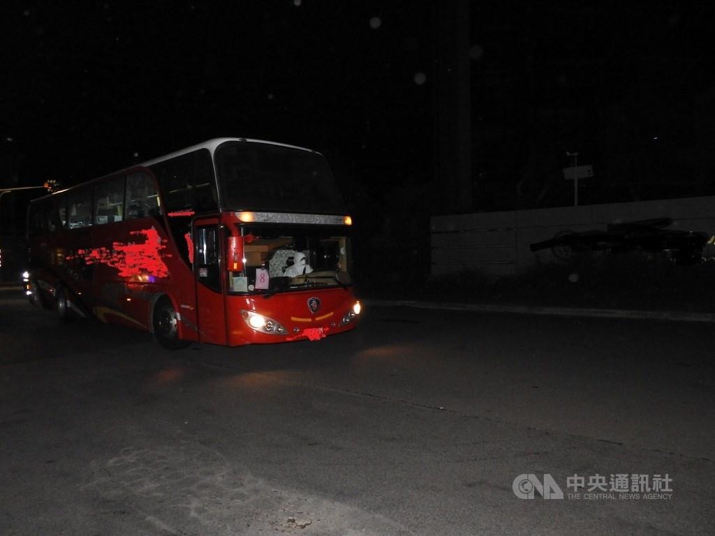 153名滯留中國湖北的台灣民眾29日晚間從上海搭乘類包機抵台,經過防疫檢查及採樣後,30日凌晨搭遊覽車進住北部檢疫所進行14天檢疫。中央社記者王鴻國攝 109年3月30日