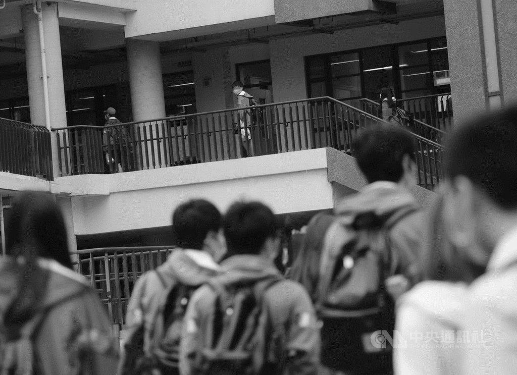 北部一所高中有2名以上學生確診2019冠狀病毒疾病(COVID-19,武漢肺炎),全校13日至27日停課,30日復課。校方表示,會開導與安撫學生,一切平常心看待。中央社記者裴禛攝  109年3月30日