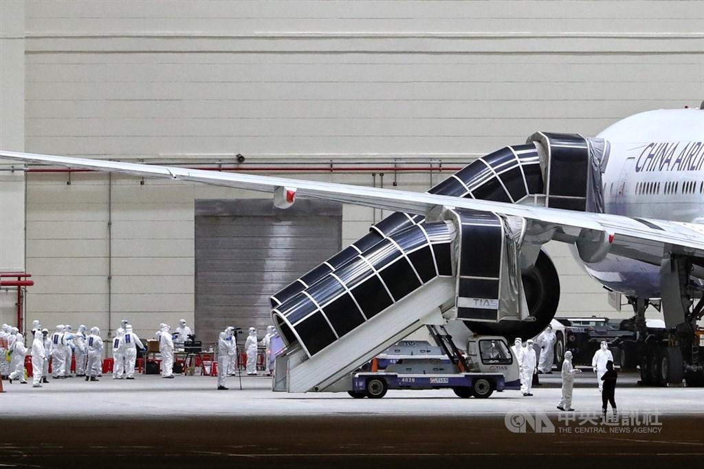 接回滯留中國湖北的台灣民眾類包機29日晚間抵達桃園機場,153名旅客順利返台,相關人員準備進行檢疫作業。中央社記者王騰毅攝 109年3月29日