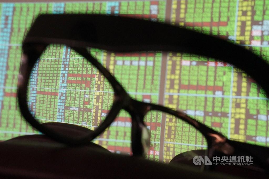 台股30日早盤一度重挫逾200點,鴻海受累早盤股價暫失守70元,最低來到69元。(中央社檔案照片)