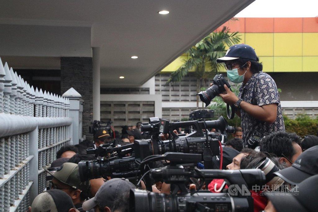 印尼記者協會發起連署,呼籲中央政府勿壟斷疫情資訊。圖為2月15日印尼記者在機場等待拍攝自武漢返國的民眾結束隔離返家的畫面。中央社記者石秀娟雅加達攝 109年3月30日