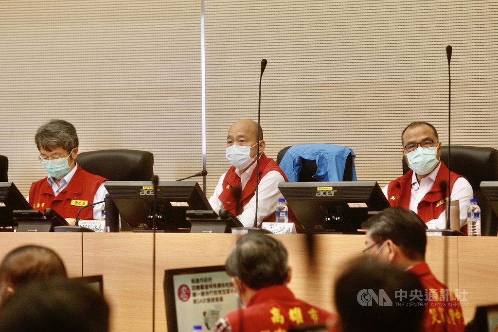 高雄市長韓國瑜(中)30日下午主持「嚴重特殊傳染性肺炎」第一級應變指揮中心第14次會議。右為副市長葉匡時,左為衛生局長林立人。中央社記者董俊志攝 109年3月30日