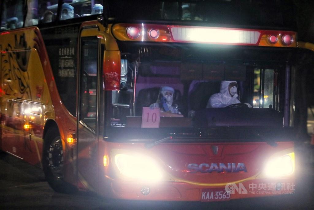 滯留中國湖北的台灣民眾類包機29日深夜抵台後,先完成防疫檢查作業後,30日凌晨送至檢疫所隔離14天,圖為車輛進入檢疫所。中央社記者王騰毅攝 109年3月30日
