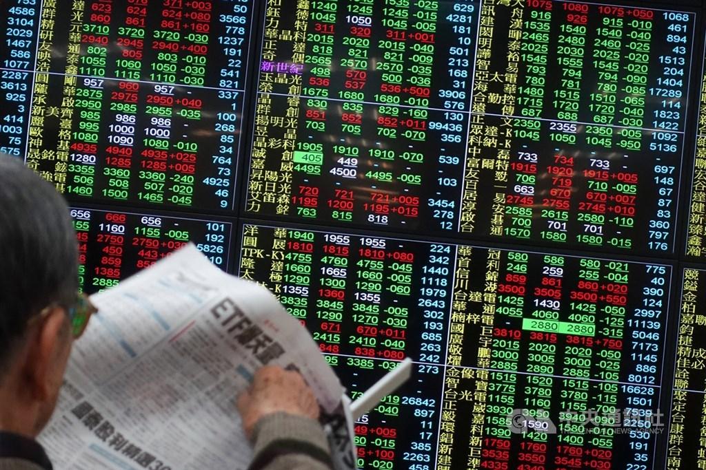 台股27日小跌收9698.92點,週線也大漲464.8點,投顧認為,短線漲幅攀高,提防整理。(中央社檔案照片)