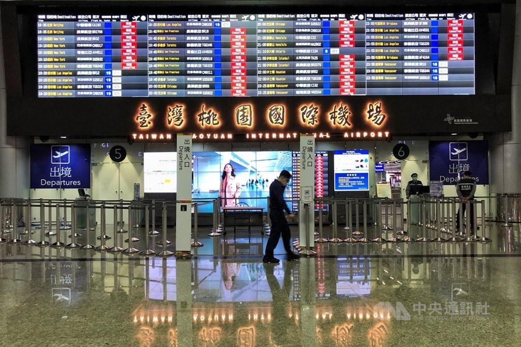 武漢肺炎疫情持續延燒,許多航班受影響取消,桃園國際機場出境大廳人潮稀疏。中央社記者王騰毅攝 109年3月29日