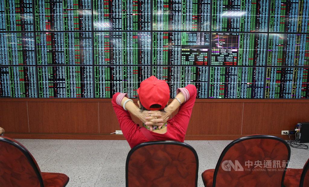 台北股市30日開低,盤中跌幅收斂,收盤跌69.49點,為9629.43點,跌幅0.72%,成交金額新台幣1262.31億元。中央社記者鄭傑文攝 109年3月30日