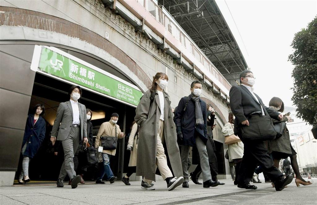 日本境內到30日凌晨為止,總計共有2605人武漢肺炎確診。東京都是疫情最嚴重的地區,至今已有430例。圖為日本通勤族戴口罩防疫。(共同社提供)